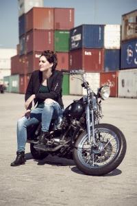 Portretfoto op een motor in de haven in Tilburg